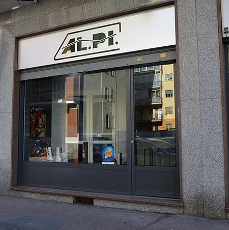 Vetrine e insegna esterni-Showroom Alpi Serramenti Torino