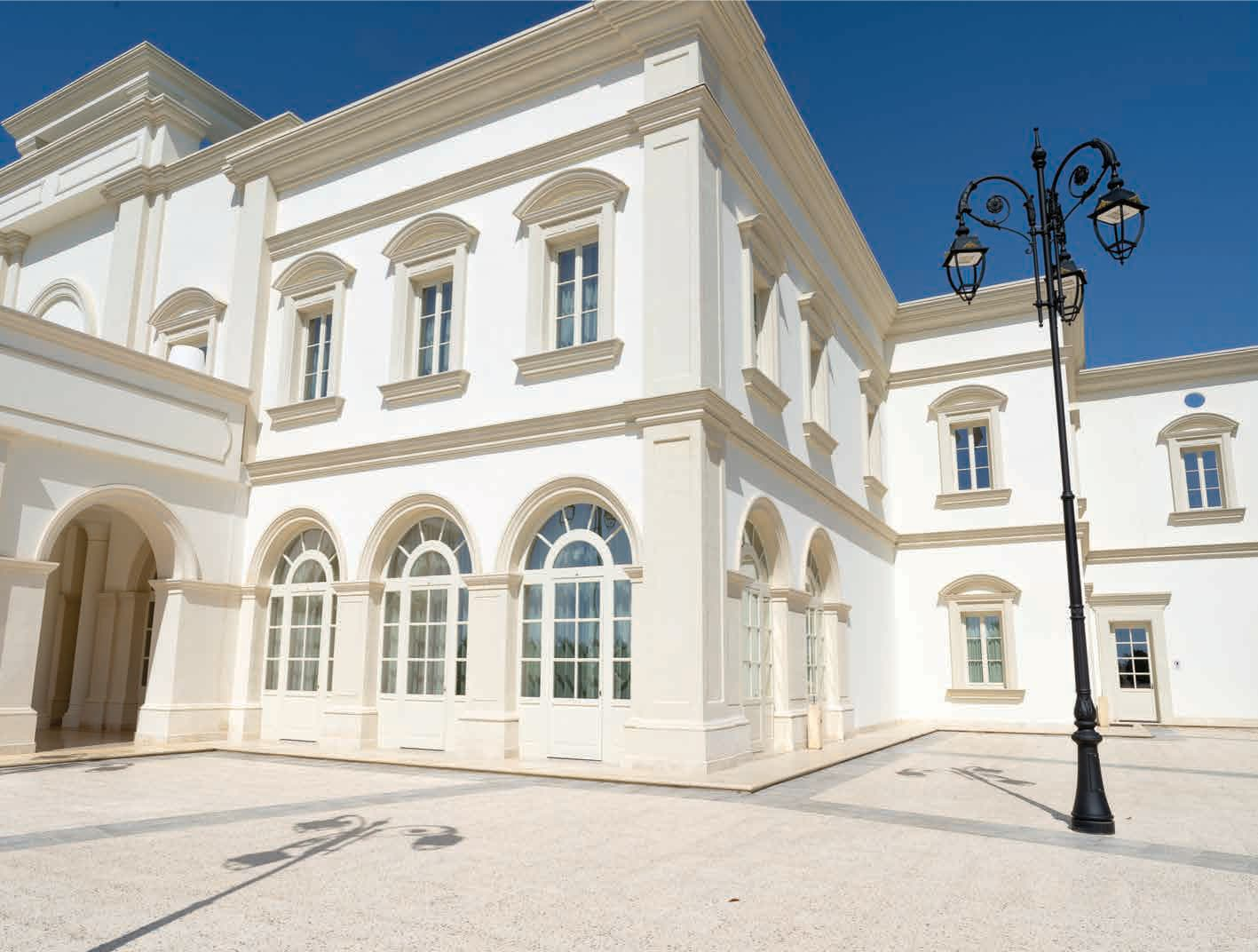 Palazzina bianca, stile Barocco, Delfino infissi in legno Bianchi