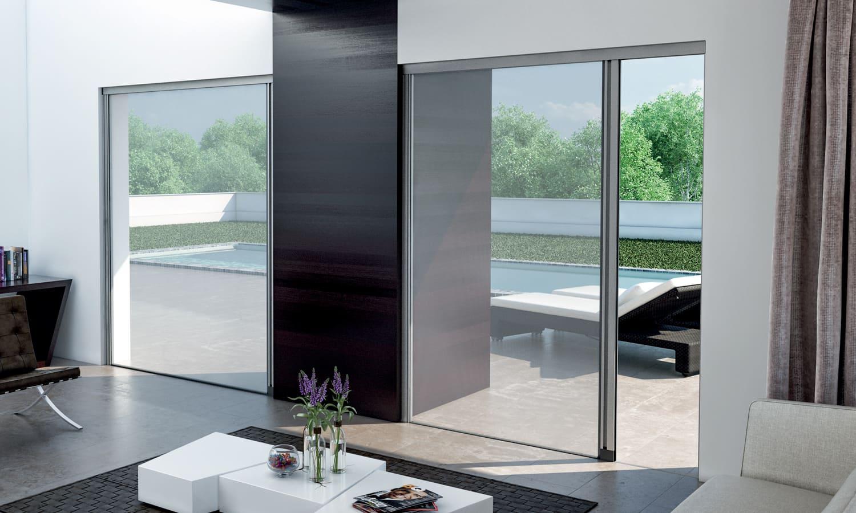 Doppia Zanzariera a scorrimento in soggiorno design con vista su giardino e mare