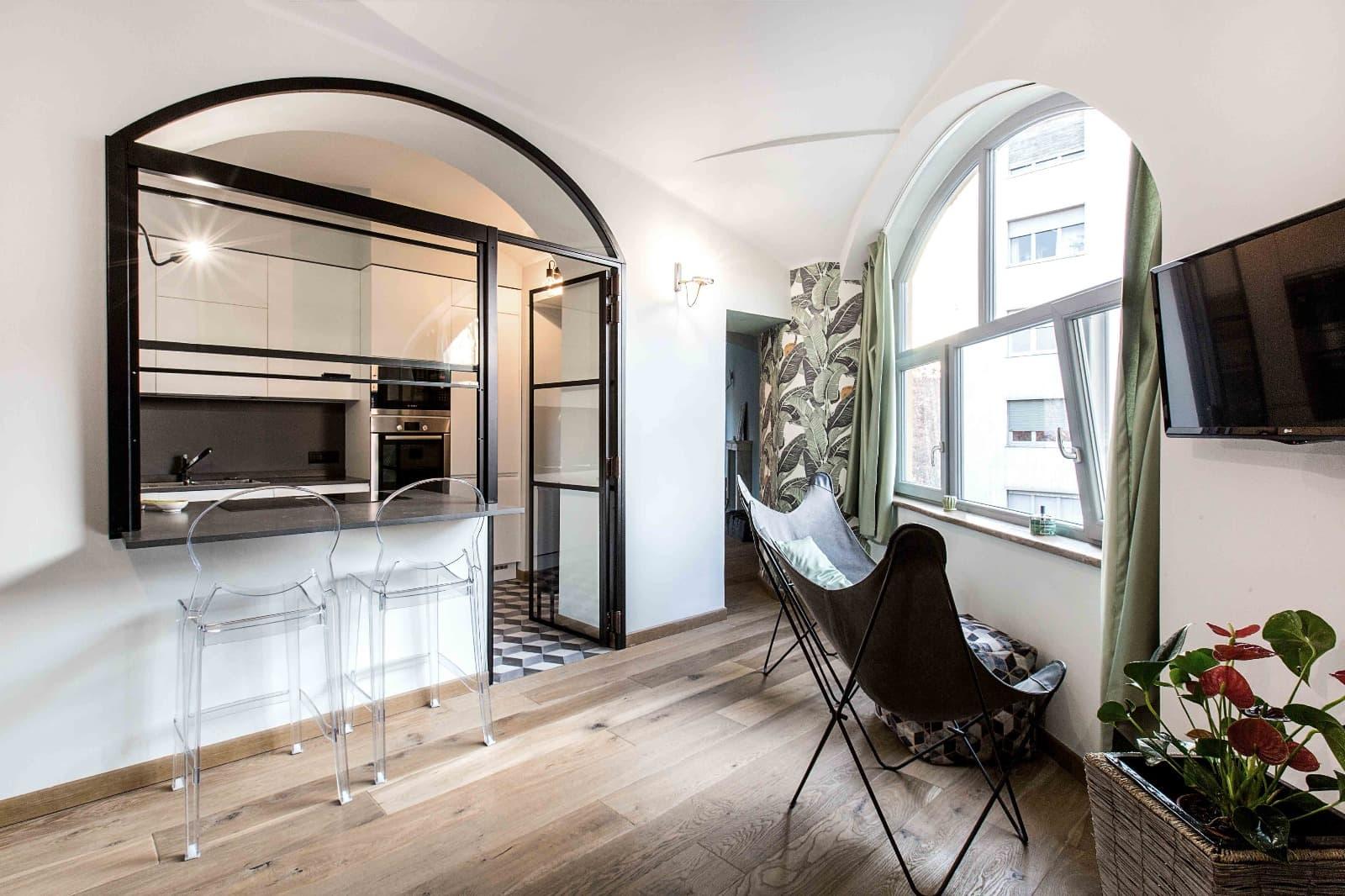 finestra pvc centinata soggiorno con parquet e cucina a vista